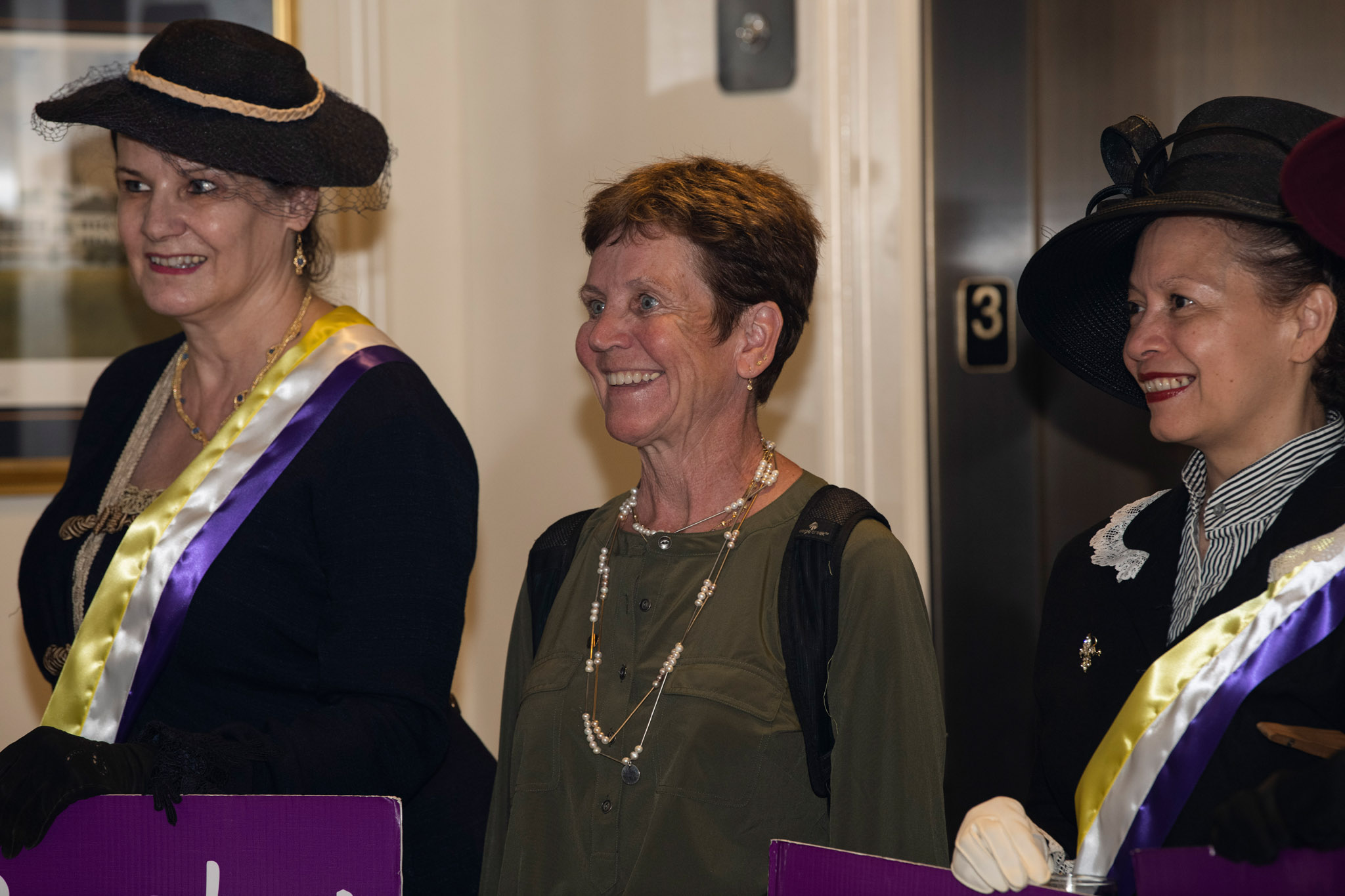 01c-Suffragist-descendant-Patsy-McDonald-surrounded-by-reenactors-Debbie-Glasser-l-and-Quinn-Jones-